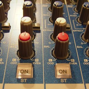 Une rangée de potentiomètres sur une console analogique